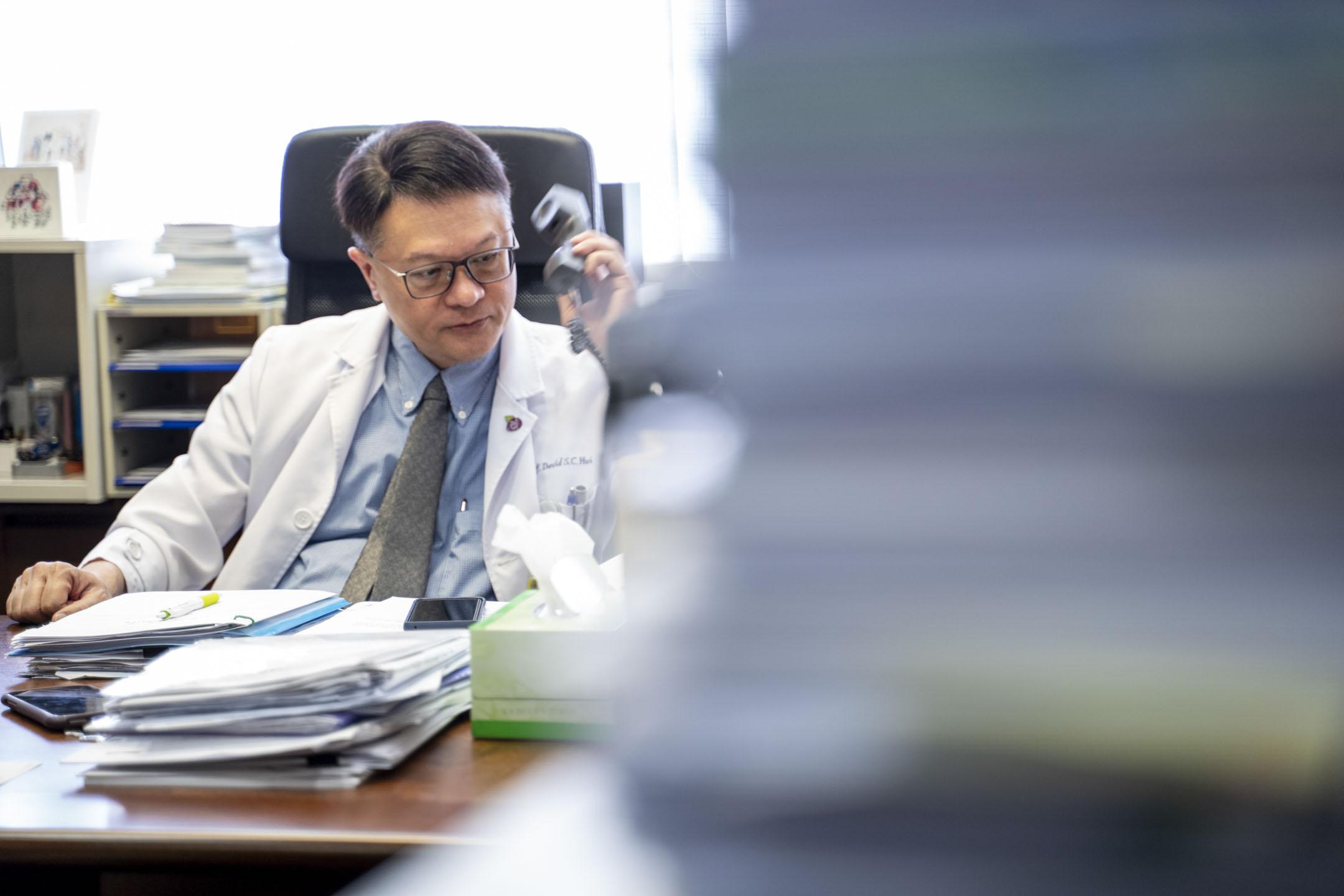 香港中文大學何鴻燊呼吸系統科講座教授許樹昌接受端傳媒專訪。 攝:林振東/端傳媒