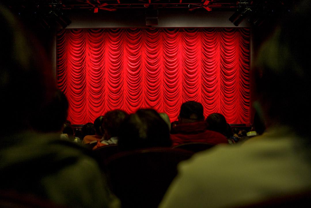 觀眾在一間劇場等候開場。 攝:林振東/端傳媒