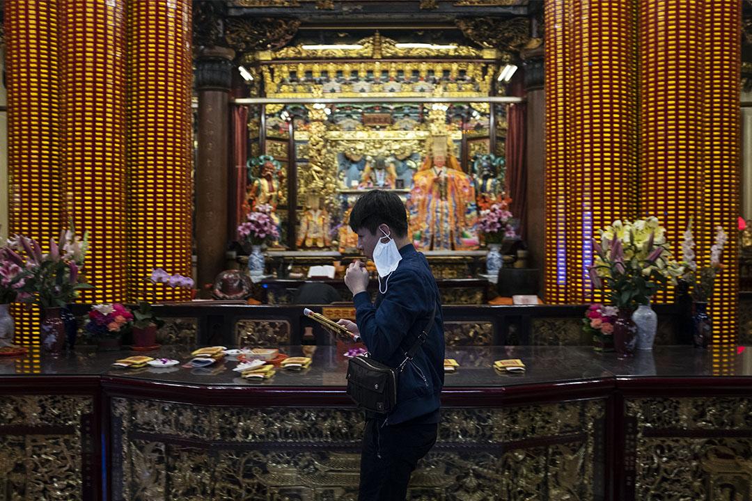 2020年2月29日,信眾在台北的宮廟參拜。