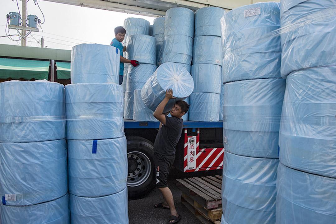 2020年3月16日台南一間口罩工廠正運送製作口罩的材料。