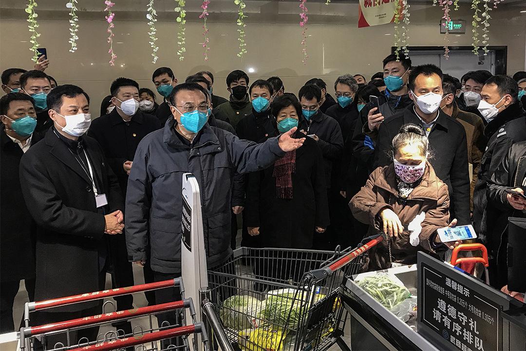 2020年1月27日湖北省武漢市,中國國務院總理李克強在一家超市時與當地居民交談。