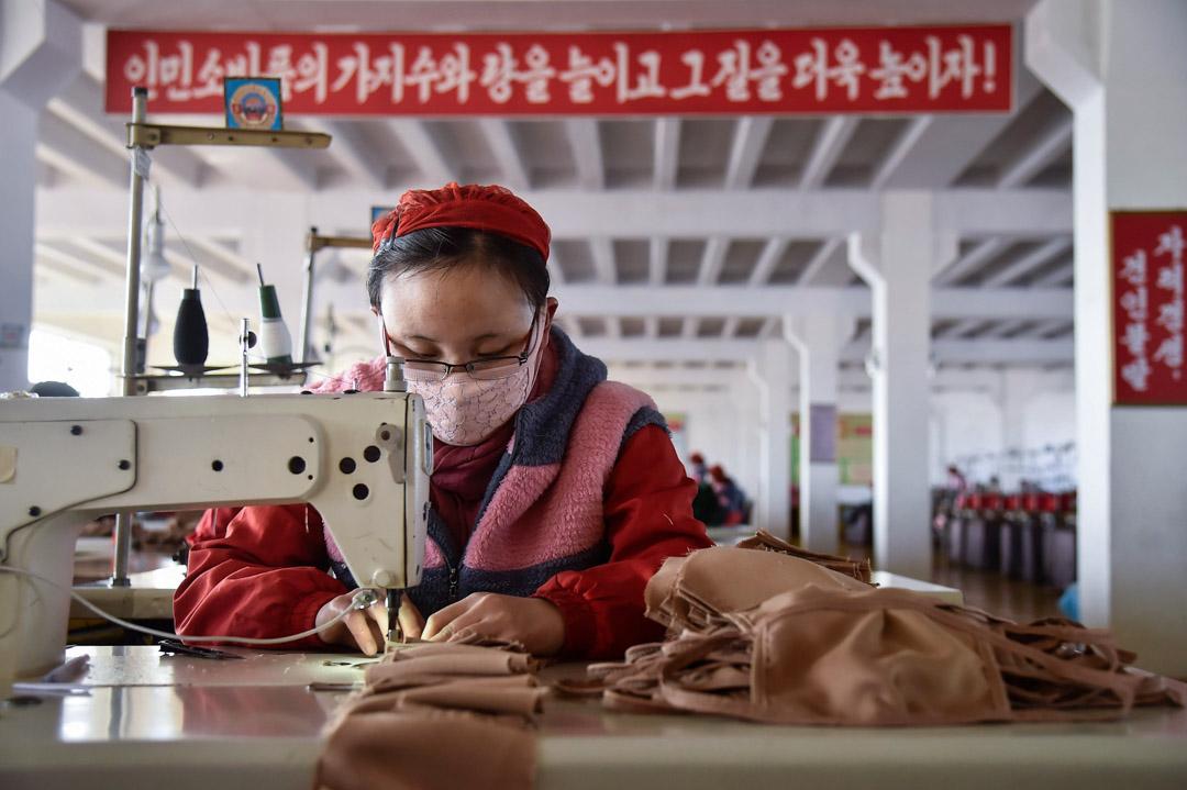 2020年2月6日,北韓平壤一間針織廠的工人正為預防新冠病毒而生產口罩。