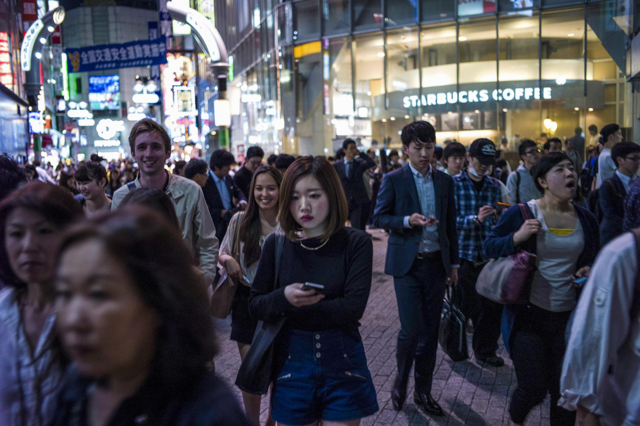 2015年,日本澀谷商店街上人來人往。