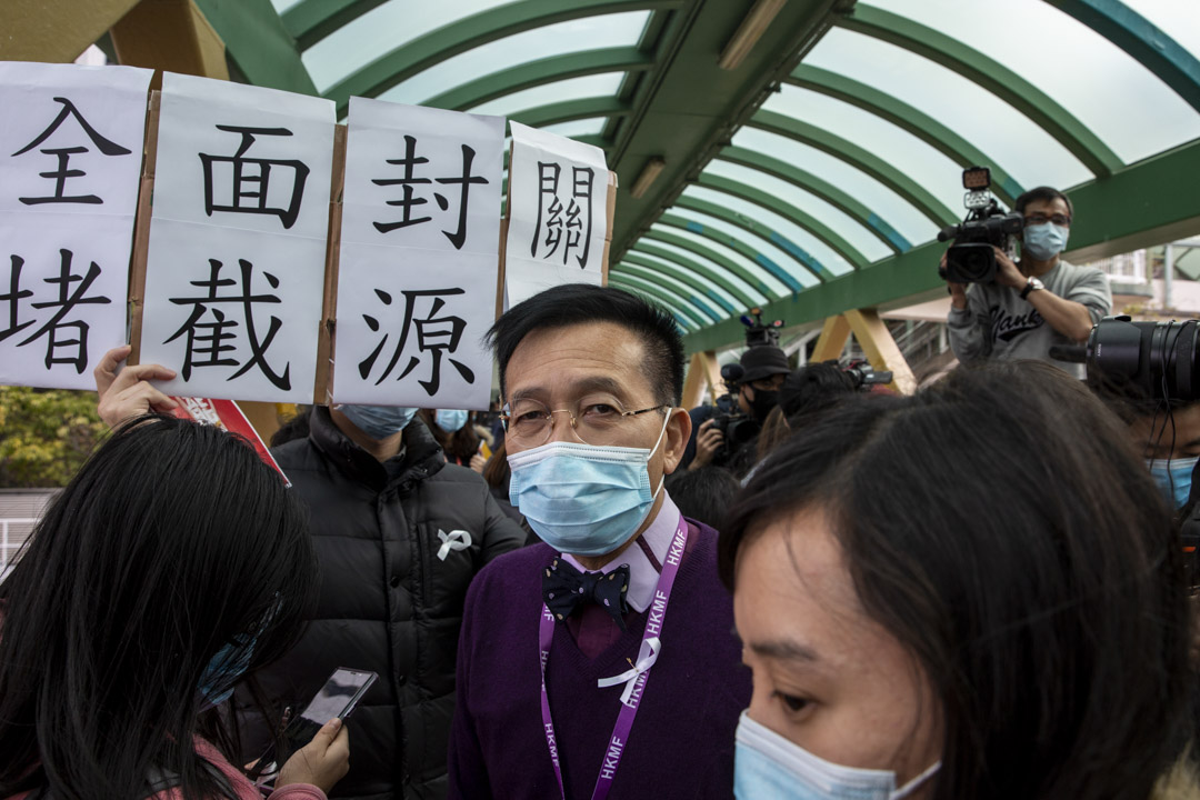 2020年2月3日,香港醫護開始發起一連7天罷工,瑪麗醫院有醫護擺設街站,黎青龍出現在現場,支持醫護,不過他強調自己不是支持罷工,而是希望支持醫護和封關的訴求。