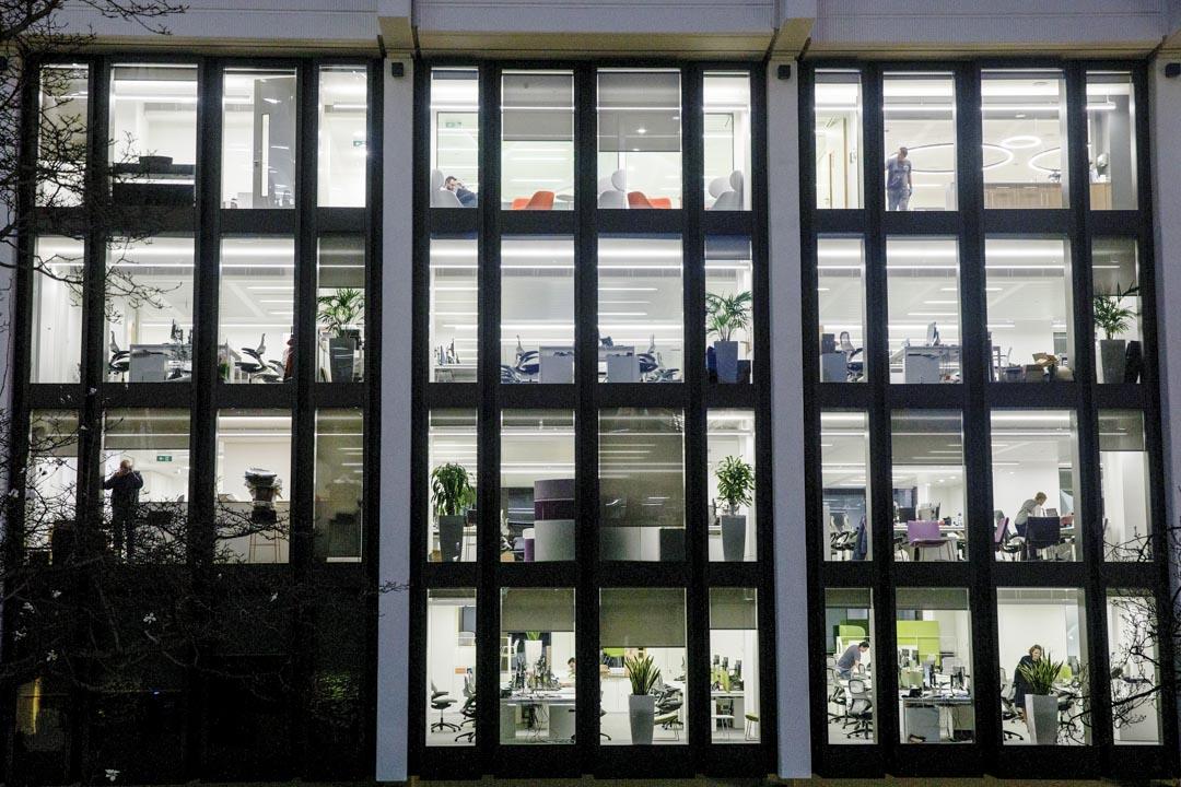 2020年3月16日,黃昏,英國倫敦的辦公室只要少量人士在工作。
