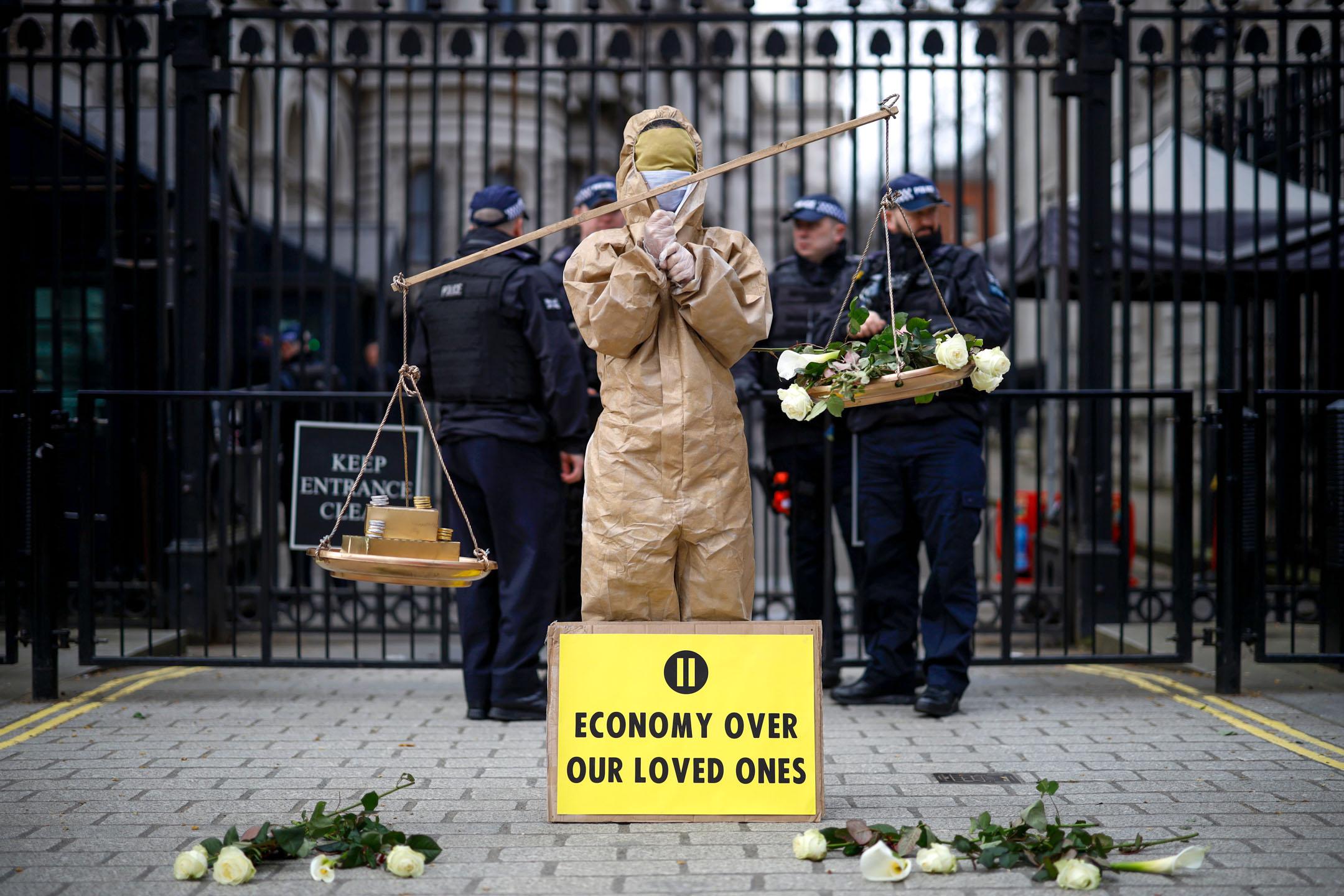2020年3月17日,倫敦唐寧街的入口位置,示威者促請英國政府正視2019冠狀病毒疫情的嚴重性。