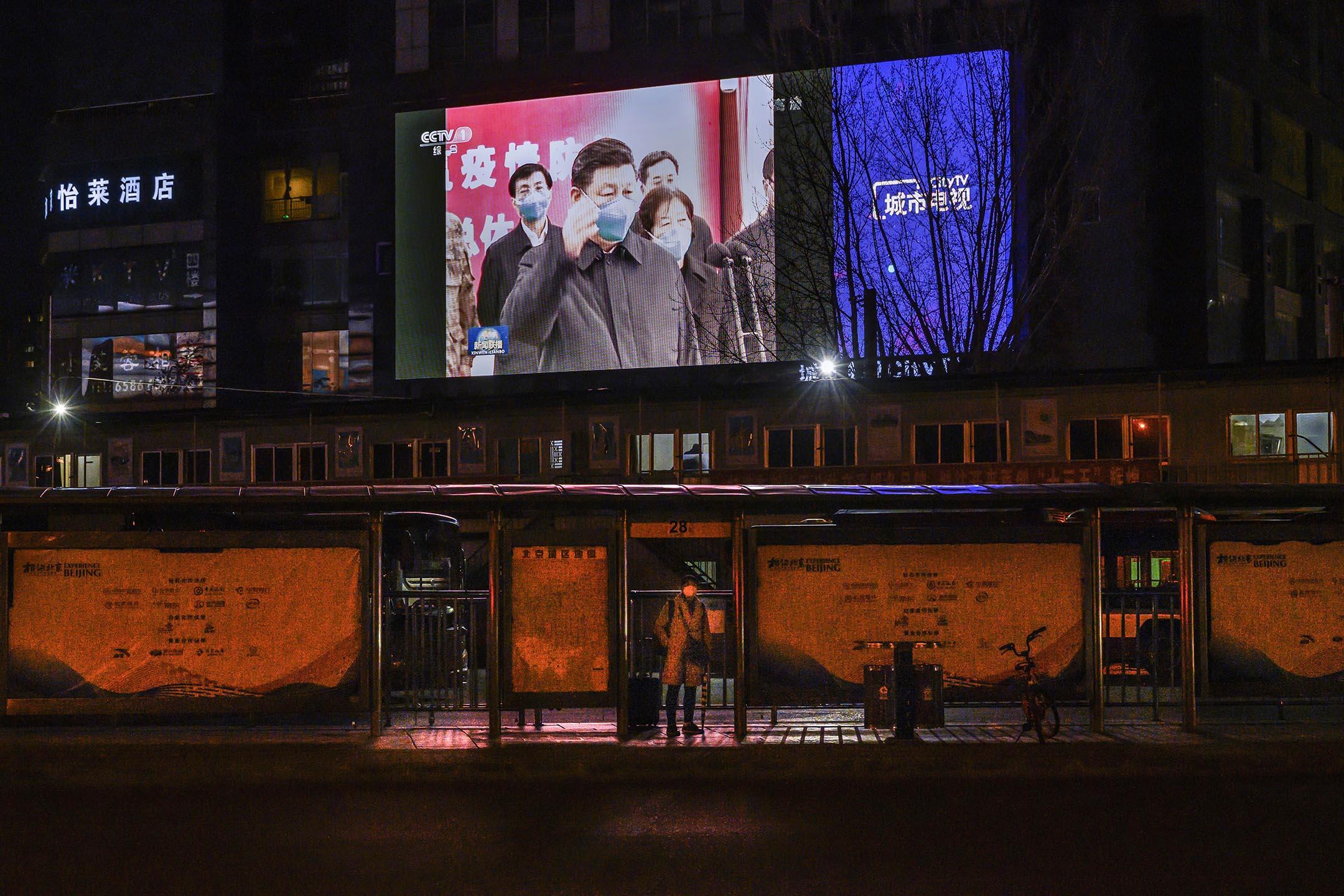 2020年3月10日北京,大街上的大屏幕播放新聞,顯示中國國家主席習近平訪問武漢。 攝:Kevin Frayer/Getty Images