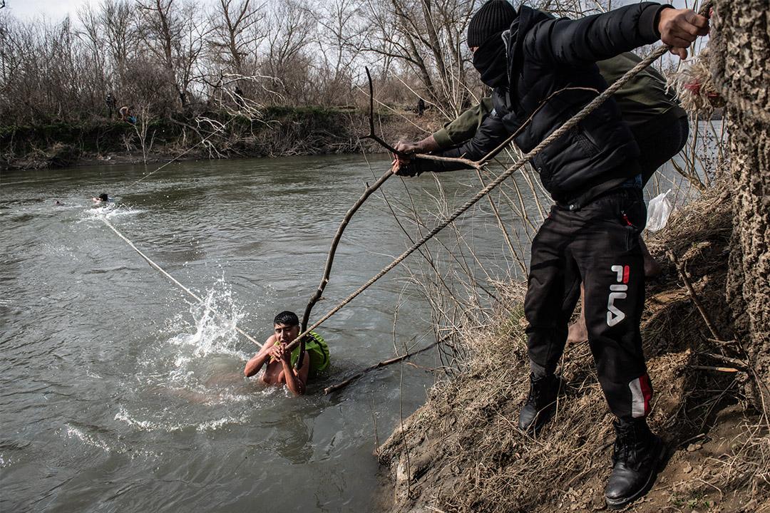 2020年3月1日,難民從土耳其前往希臘而困在河上小島,終獲救援。