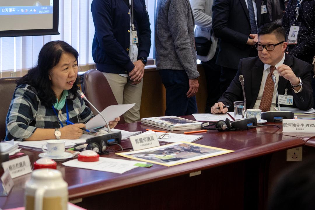 2020年1月15日,中西區區議會會議期間,主席鄭麗琼質詢警務處處長鄧炳強。 攝:劉子康 / 端傳媒