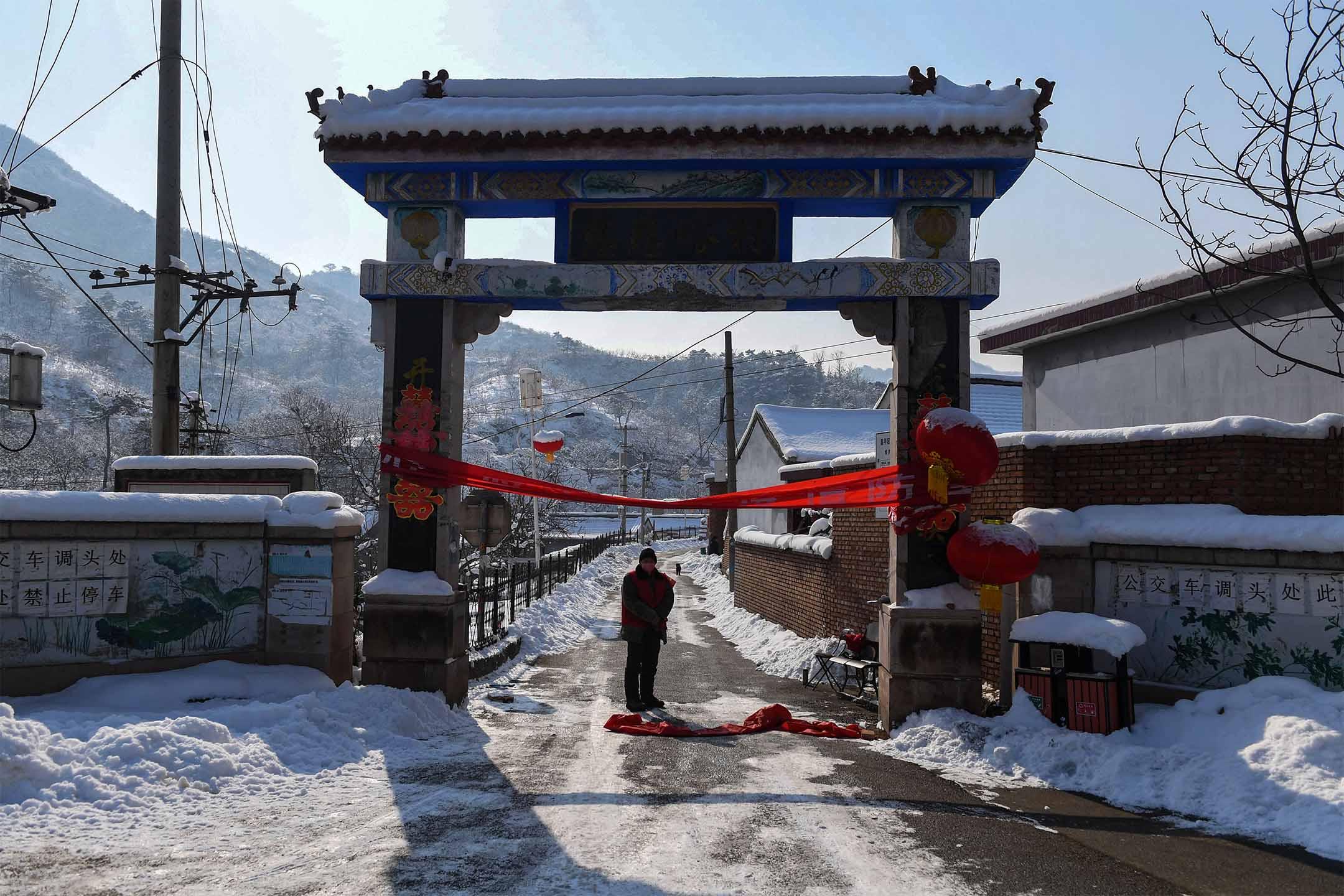 2020年2月7日,在北京北面一個農村的入口被封鎖,以阻止新型冠狀病毒傳播。 攝:Greg Baker/AFP via Getty Images