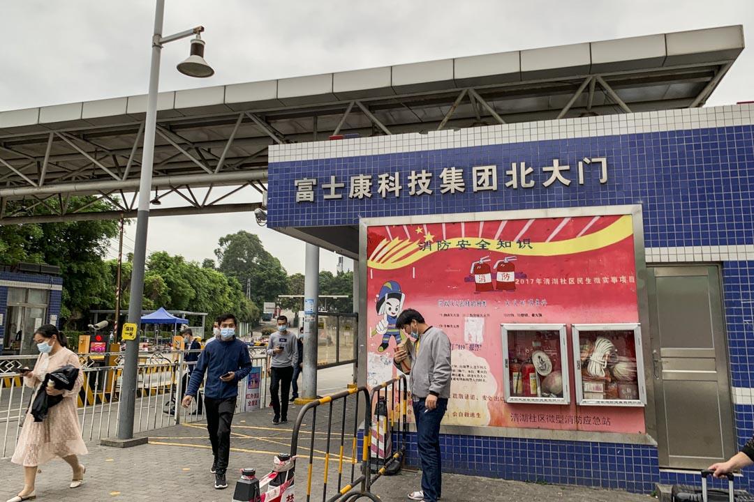 3月13日,下班時間的龍華富士康廠區大門口,已經恢復了往日的熱鬧。