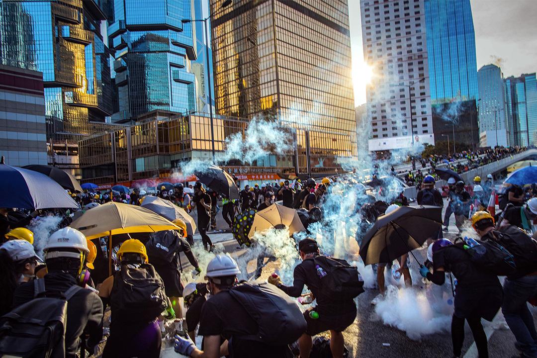2019年8月6日香港反修例運動,香港金鐘政府總部外,警方向佔領馬路的示威者施放催淚彈。