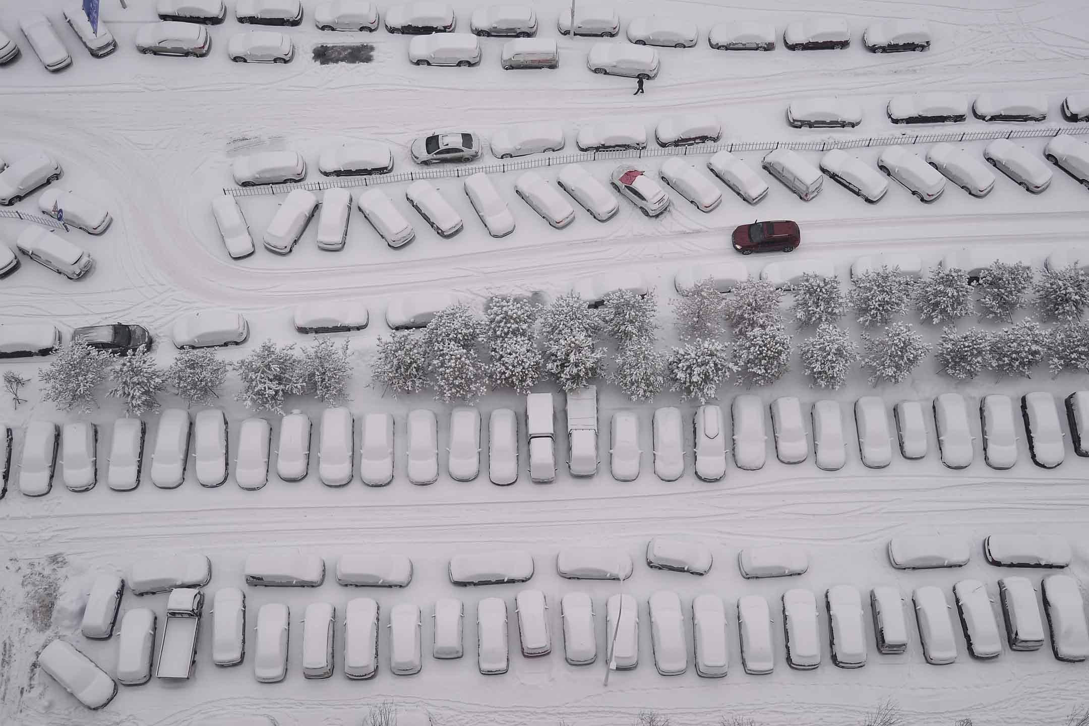 2020年2月22日,黑龍江哈爾濱市降雪,被積雪覆蓋的車輛。 攝:VCG/VCG via Getty Images