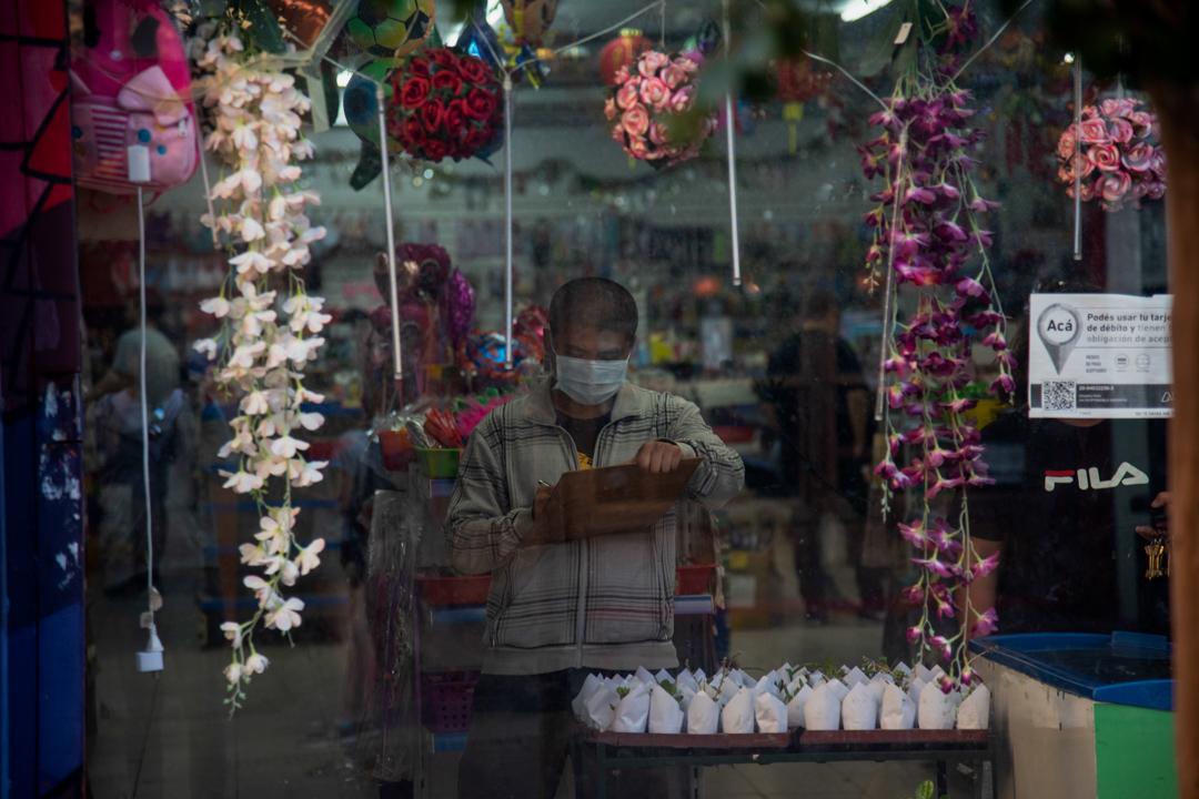2020年3月15日,阿根廷布宜諾斯艾利斯的人在店舖內戴著口罩。