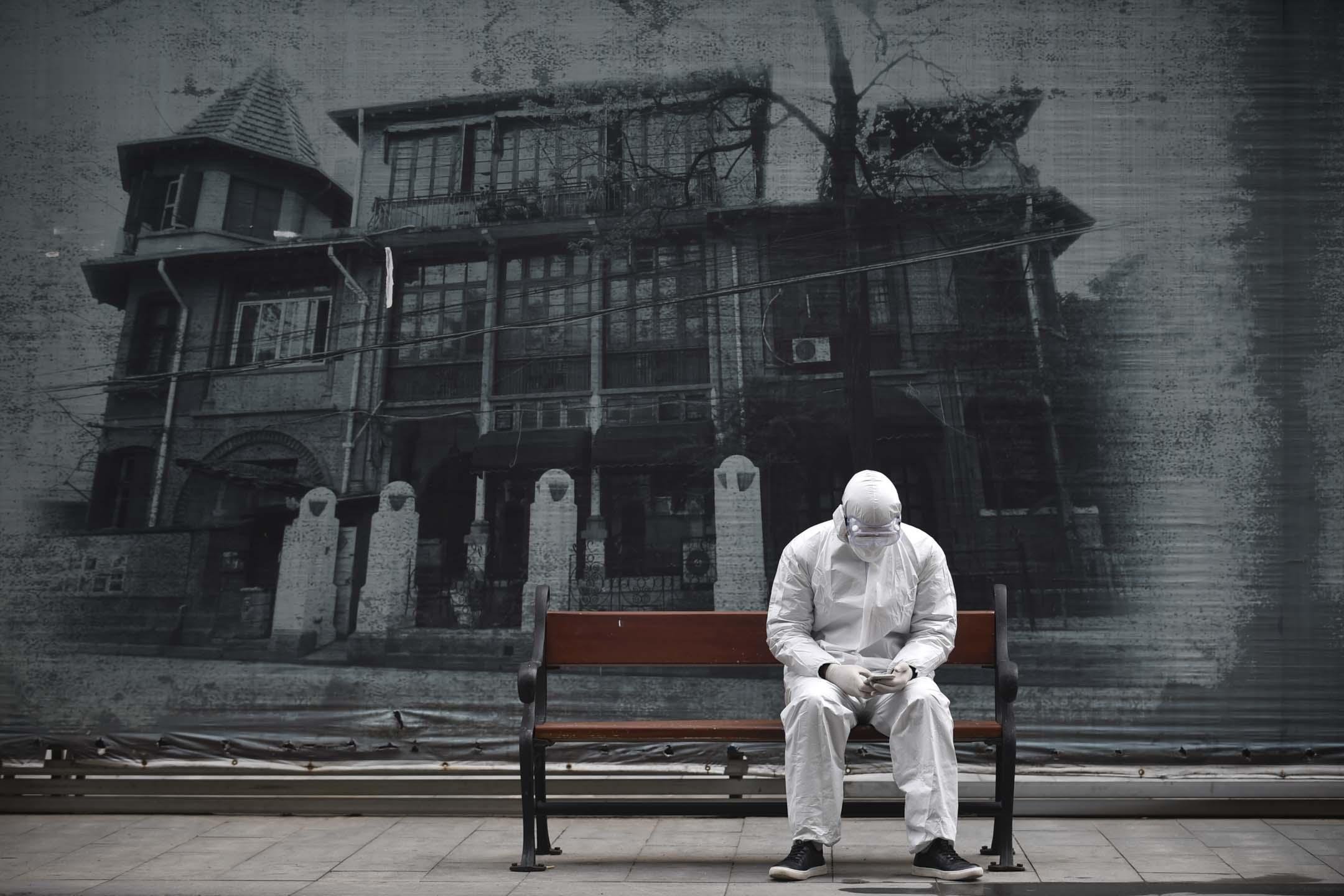 2020年3月4日,武漢一個穿著保護衣的人。 圖:Feature China/Barcroft Media via Getty Images