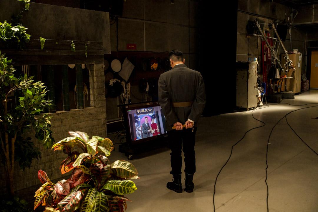 《頭條新聞》錄影廠,曾志豪觀看剛拍攝的片段。