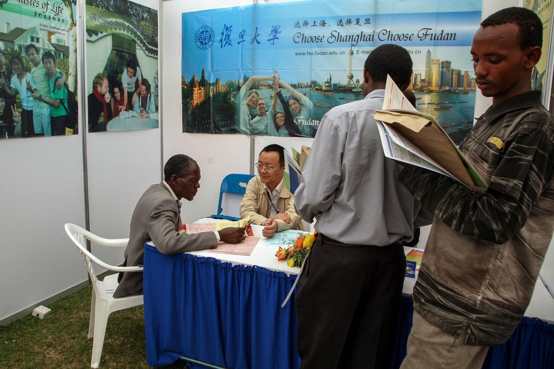 在肯亞內羅畢大學,一群肯亞學生正在參與一個中國教育展覽。 攝:Evelyn Hockstein/MCT/Tribune News Service via Getty Images