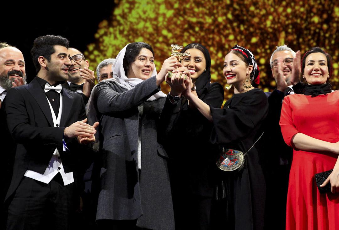 2020年2月29日,德國柏林舉行的第70屆柏林影展,伊朗導演穆罕默德拉素羅夫(Mohammad Rasoulof)執導的影片「沒有邪惡」(There Is No Evil)奪得最佳影片金熊獎,由他女兒巴蘭(Baran)代替他領獎。 圖:IC photo