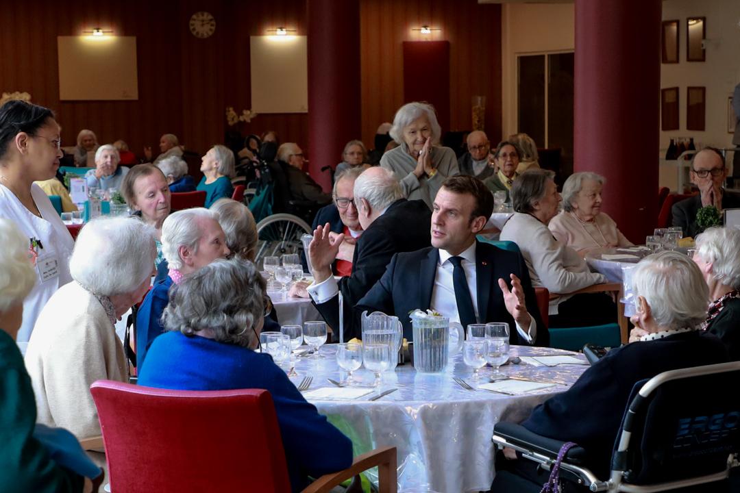 2020年3月6日,法國總統馬克龍到訪巴黎一家安老院。
