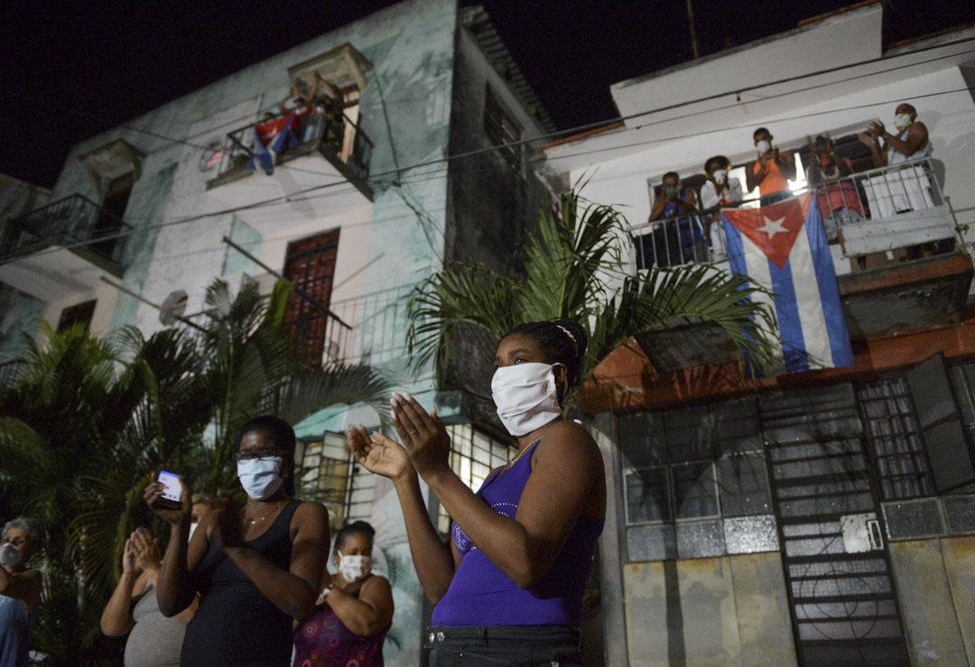 2020年3月30日,夏灣拿的民眾為古巴的醫護人員鼓掌。