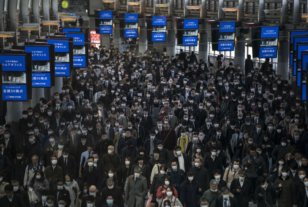 2020年3月26日,東京車站內擠滿戴著口罩上班的的民眾。