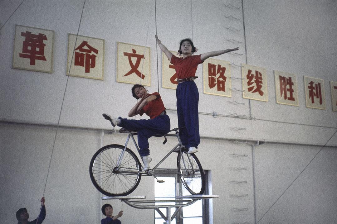 1976年,北京的一所學校的女體操運動員在訓練。