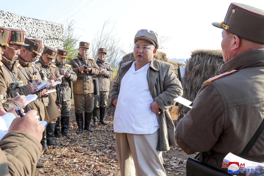 朝中社於2020年4月10日發佈照片,顯示北韓領袖金正恩正在指導軍隊的迫擊砲分隊演習。 圖片來源:KCNA via Reuters / 達志影像