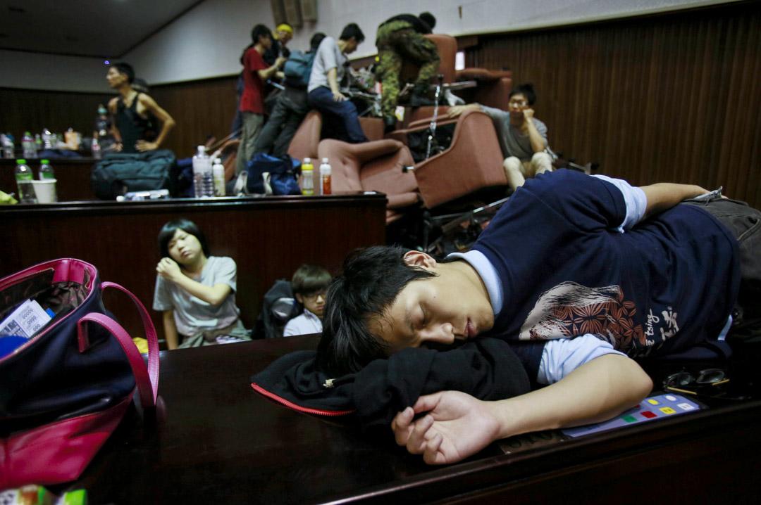 2014年3月19日,台灣太陽花學運,學生佔領立法院期間一名學生在立法院內的睡覺。 攝:Wally Santana/AP/達志影像