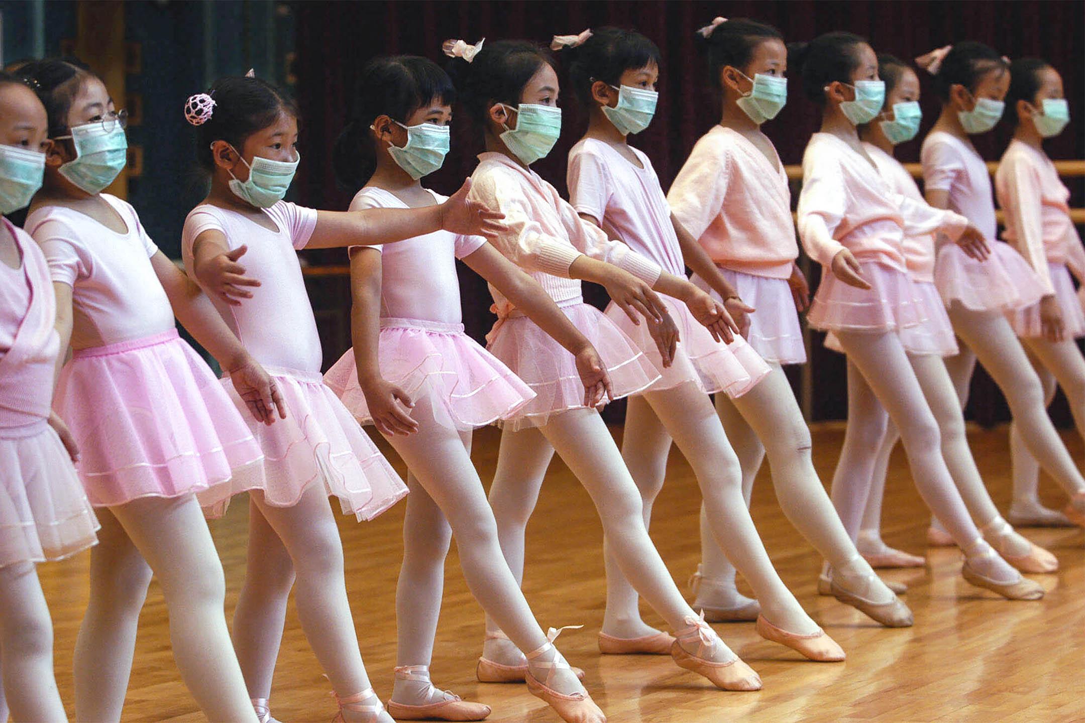 2003年4月27日香港,兒童戴著口罩參加芭蕾舞課,以預防SARS。  攝:Vincent Yu/AP/達志影像