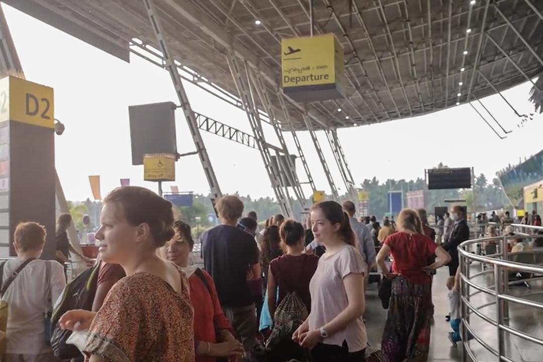 在機場等待撤僑的人群。