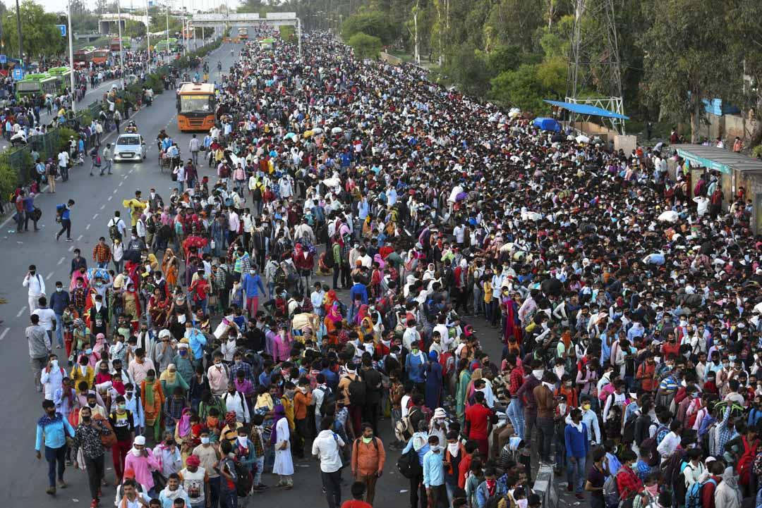 2020年3月28日,印度德里的農民工正在巴士總站等待政府安排的巴士回鄉。