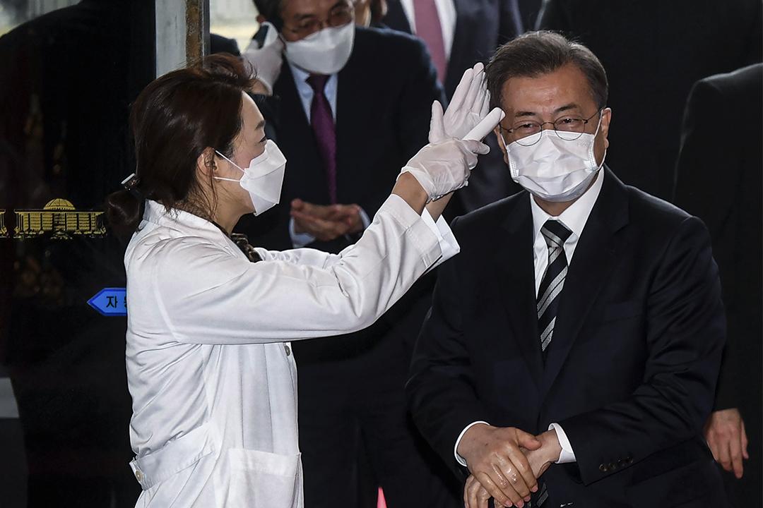 2020年2月28日南韓,總統文在寅抵達首爾的國會議事堂時接受體溫檢查。 攝:Han Sang Kyun/AP/達志影像