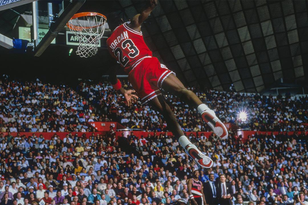 在對陣波特蘭拓荒者的比賽中,芝加哥公牛隊的前鋒喬丹(Michael Jordan)在灌籃。