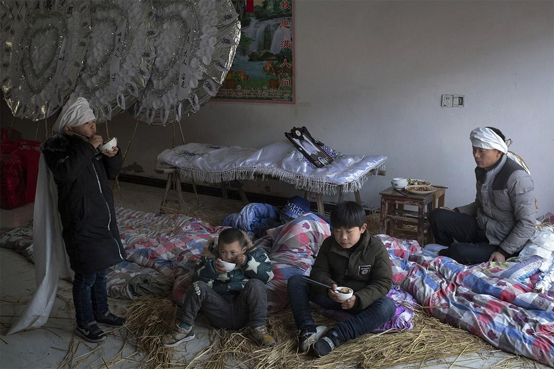 2019年3月26日,陳家港六港村舉行喪禮,一名兒子正為爆炸時在家壓死的母親守靈。