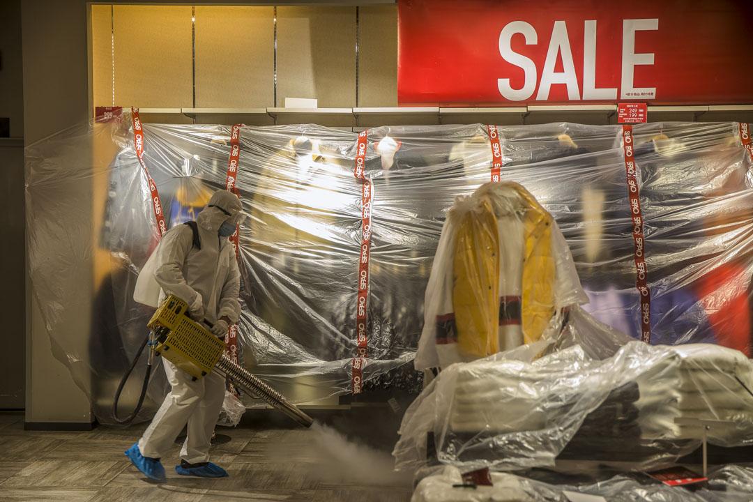 武漢武昌區,漢街商業區內一家服裝店在進行開業前消毒。