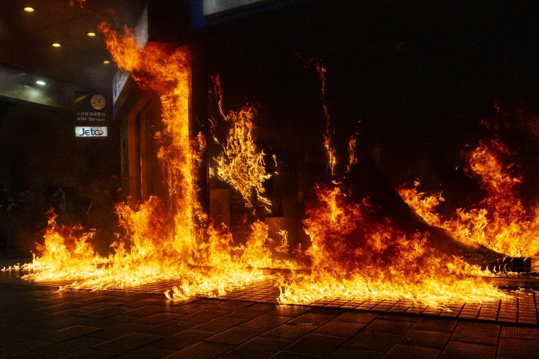 反修例運動期間,被示威者焚燒的一間中資銀行。