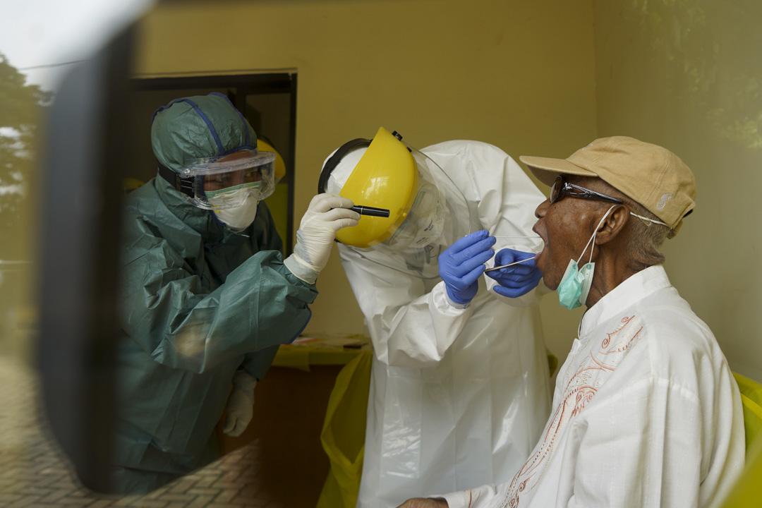 2020年4月6日,印尼的一支醫療隊替一名男子檢測新冠狀病毒。