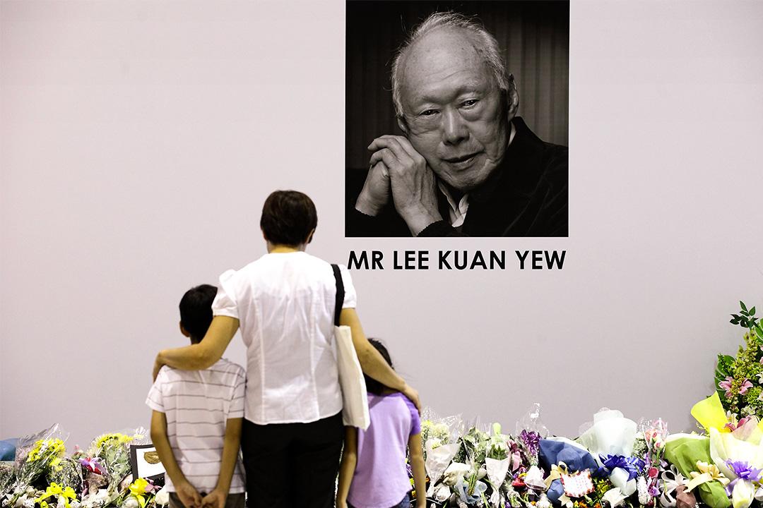 2015年3月23日新加坡,一個家庭在前總理李光耀遺照前致祭。