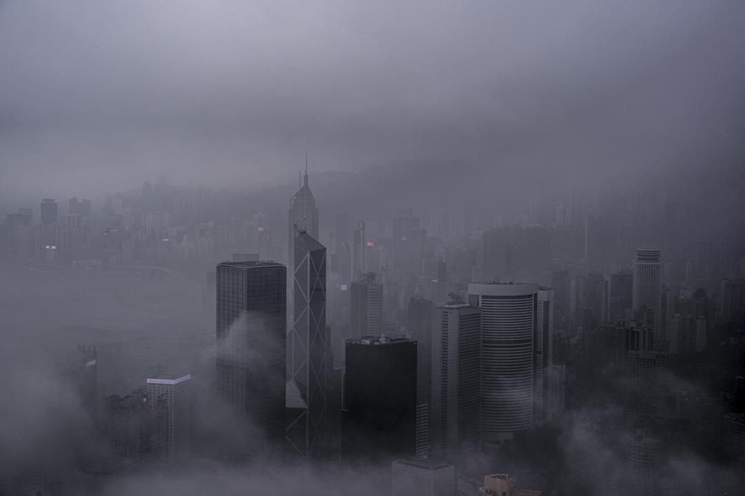 濃霧下的維港兩岸。