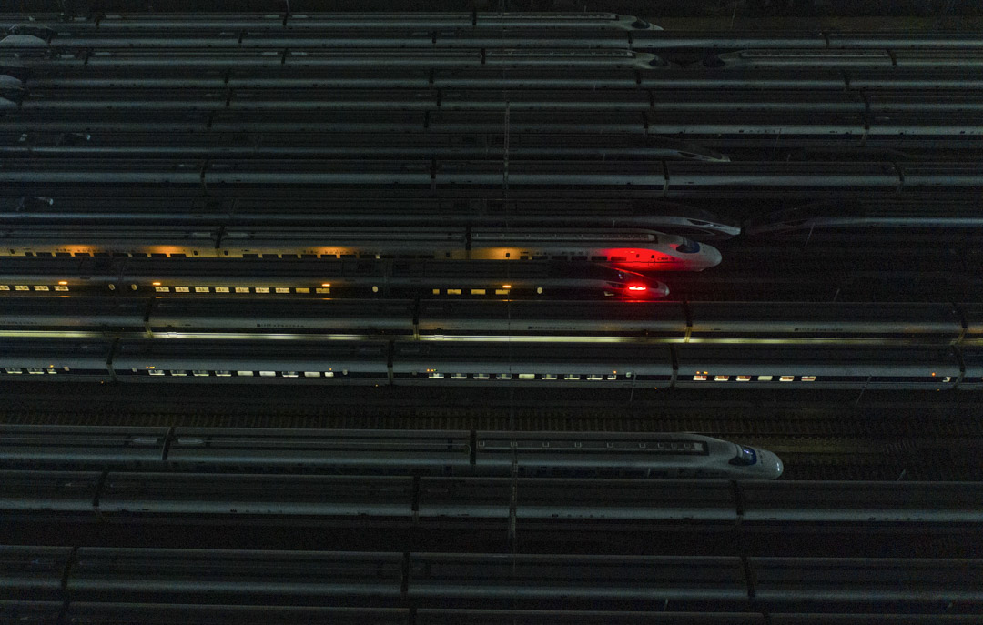 2020年4月8日清晨,武漢解封第一天,高速列車從武漢站開往南寧東站。