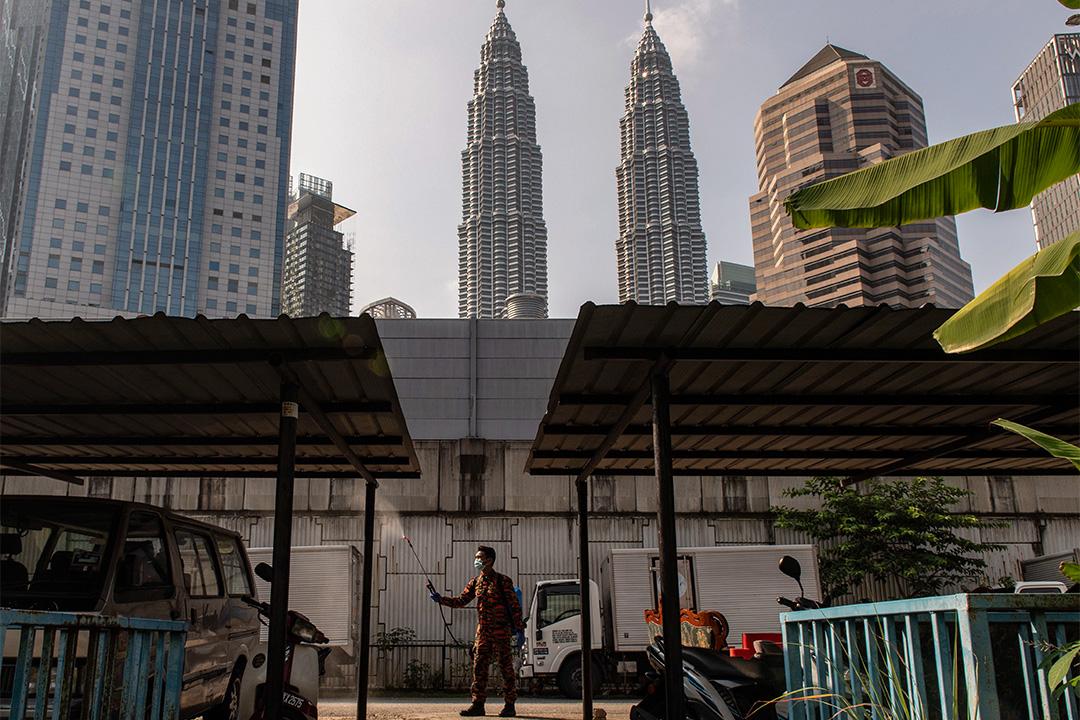 2020年3月31日吉隆坡,防疫人員向居民區附近噴灑消毒劑,以防止2019型冠狀病毒在吉隆坡傳播。