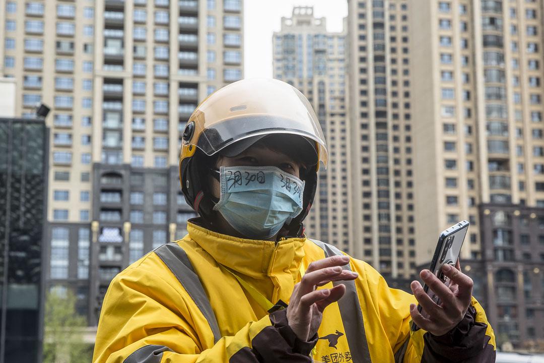 武漢武昌區,送餐員在口罩上寫著當天日期。