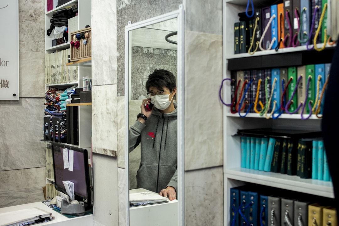 旺角一家西服店的店員吳先生。