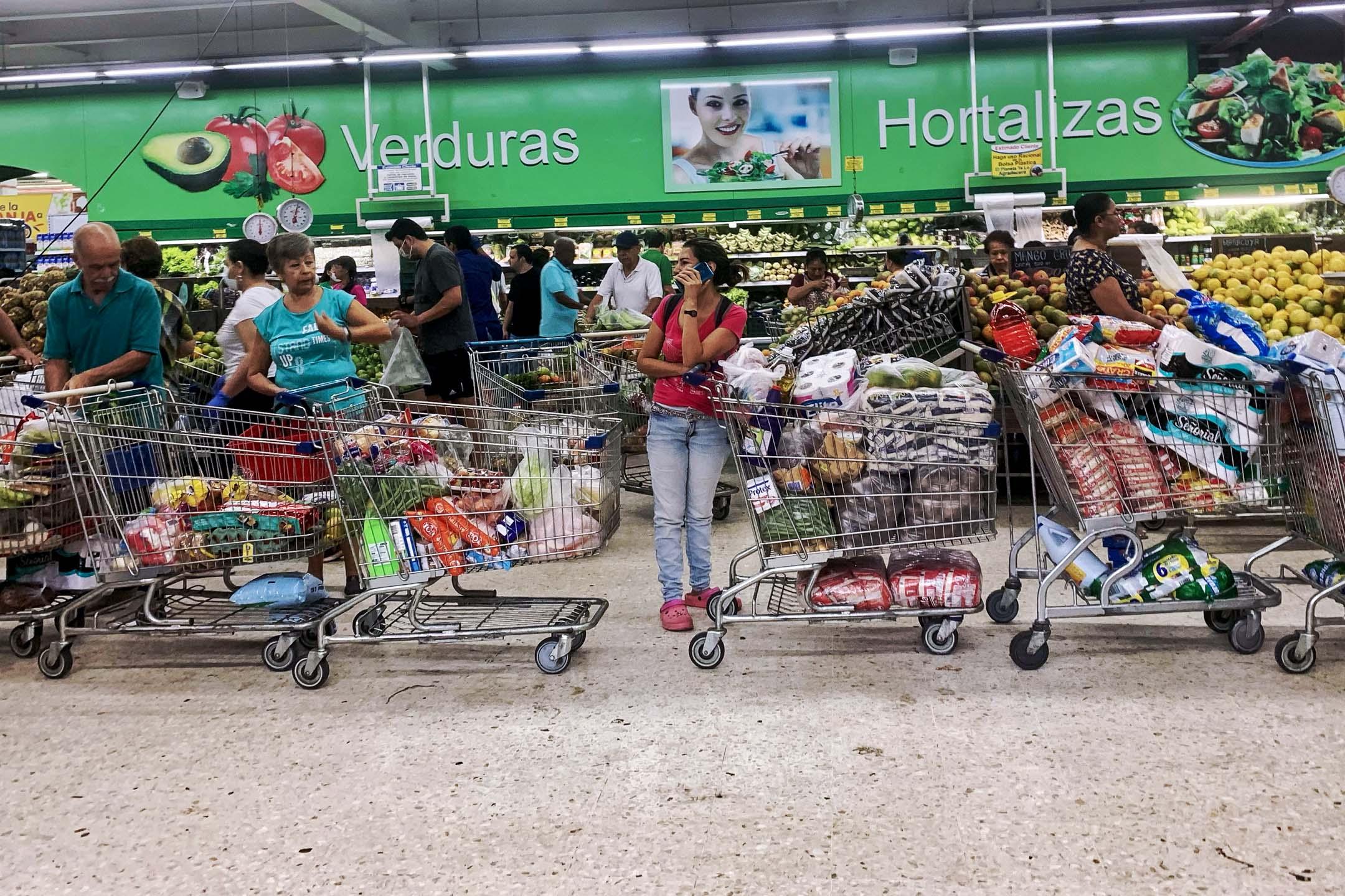 2020年3月18日,受疫情影響,哥倫比亞一家超市的客人排隊搶購日用物資。 攝: Luis Robayo / AFP via Getty Images