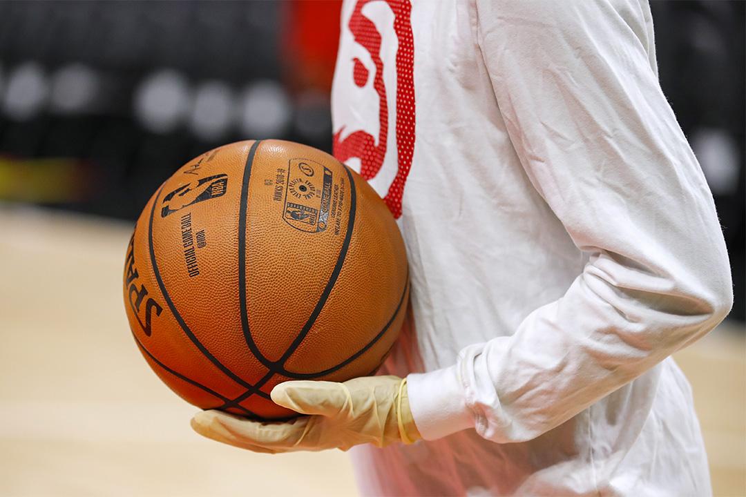 2020年3月09日亞特蘭大,球童戴著手套以預防2019冠狀病毒在夏洛特黃蜂和亞特蘭大老鷹的一場NBA比賽。