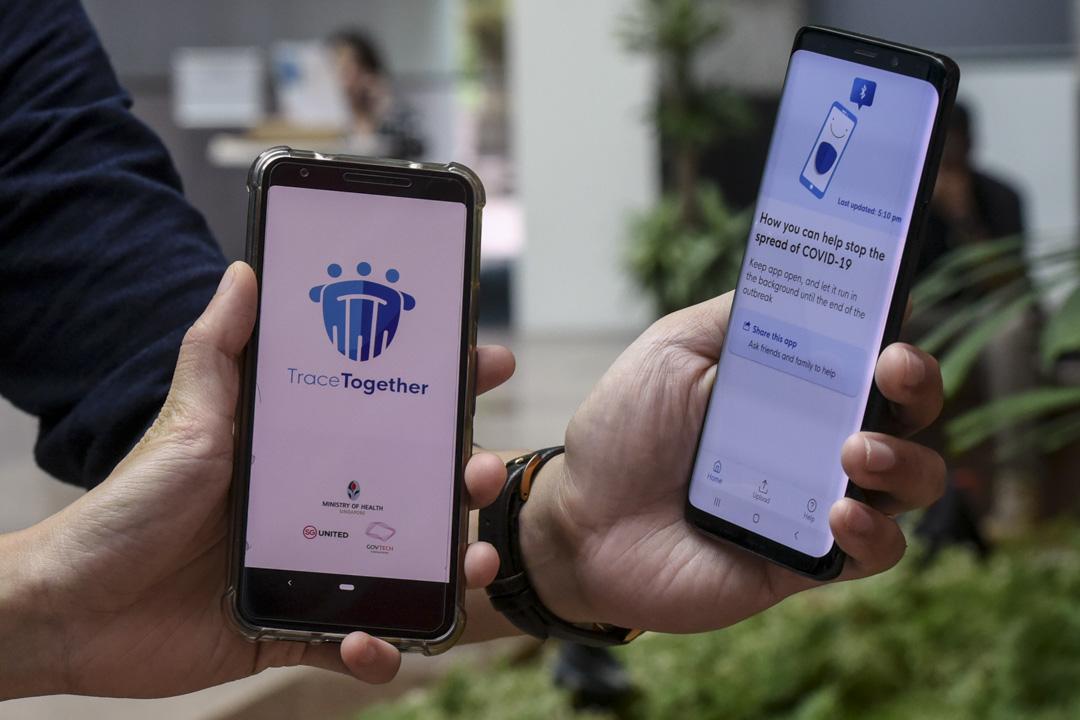 2020年3月20日,新加坡政府技術局的工作人員展示新的追蹤應用程序TraceTogether,作為針對新冠狀病毒的預防措施。
