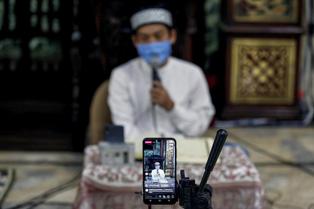 2020年4月25日,齋戒月,戴著口罩的穆斯林在清真寺內朗讀《古蘭經》,透過社交媒體傳播出去。