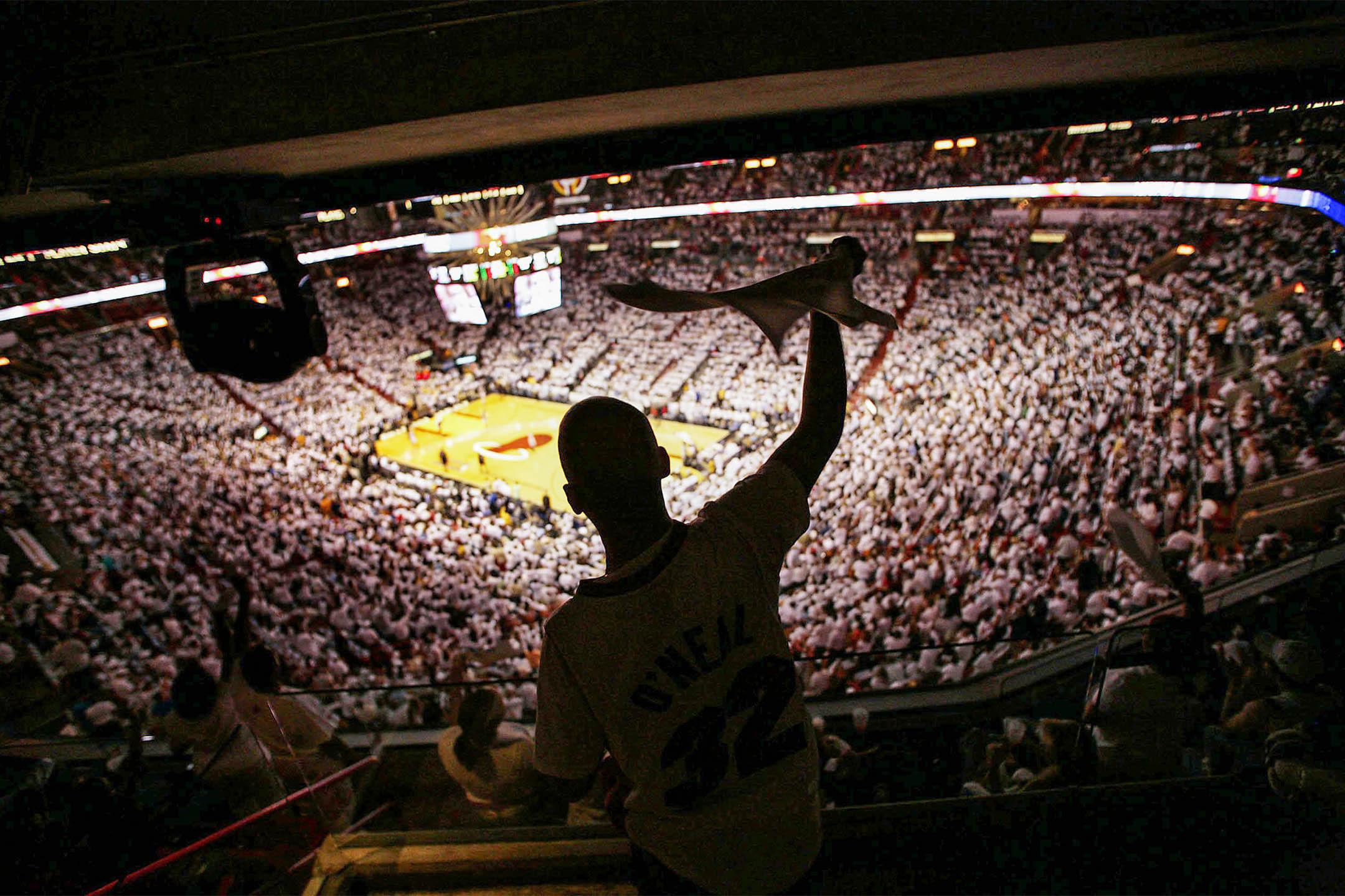 2006年5月10日佛羅里達州邁阿密,邁阿密熱火球迷為他的球隊加油打氣,在邁阿密競技場舉行的NBA季后賽中。 攝:Eliot J. Schechter/Getty Images