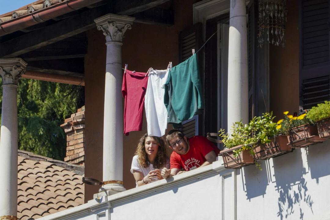 2020年4月25日,意大利第75個全國解放日,處於封鎖下的一對情侶用衣服拼出國旗顏色。 攝:AP Photo/Andrew Medichini