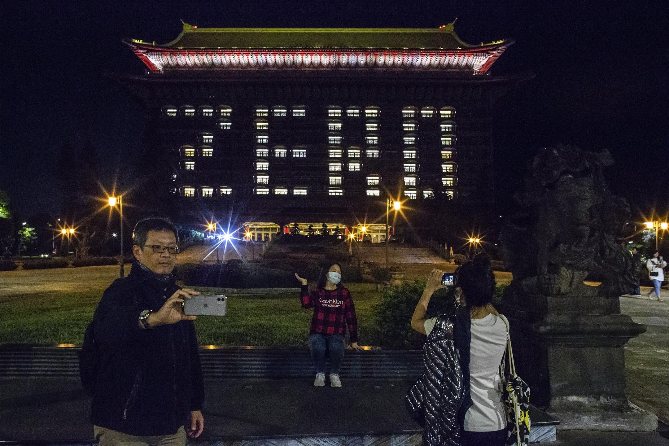 2020年4月16日,台北圓山飯店點起「ZERO」的字樣,表示台灣沒有新增2019冠狀病毒確疹病例。 攝:陳焯煇/端傳媒